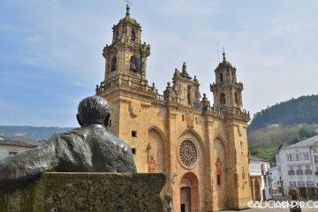 Alvaro Cunqueiro observando la Catedral de Mondoñedo