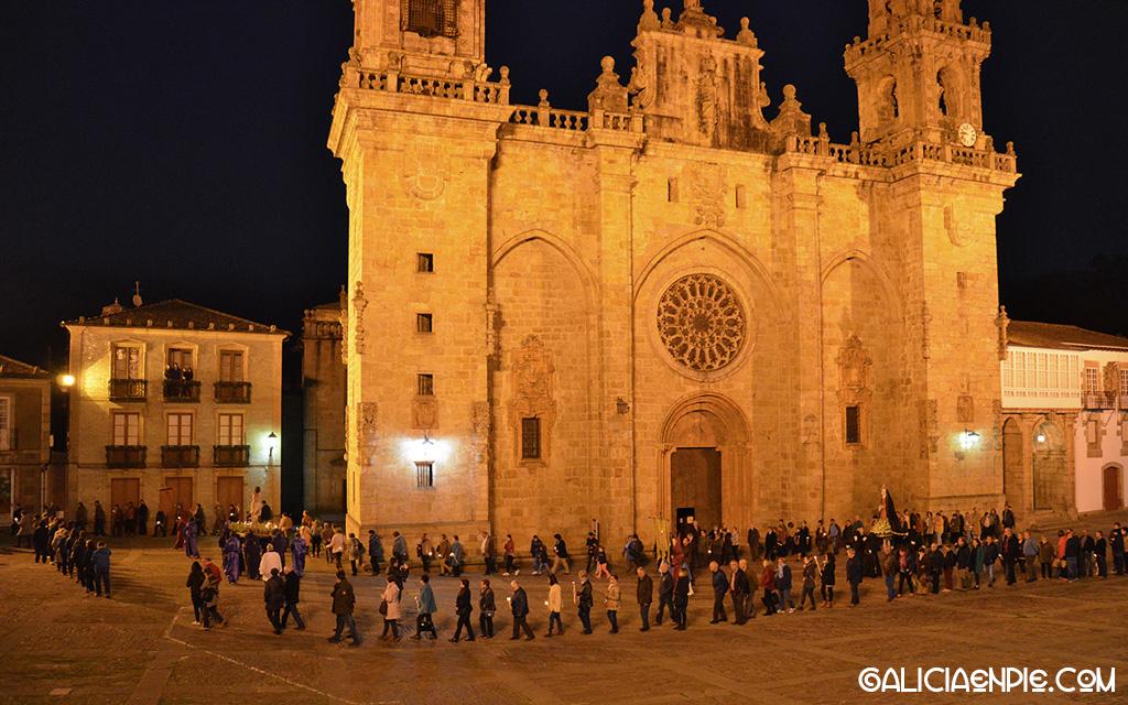 Procesión do Prendemento en la Plaza de la Catedral. Mondoñedo.